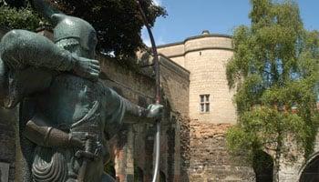 image of the Robin Hood statue outside the castle